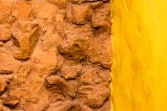 De steenmuur van de achtergrondtextuurbaksteen en gele geschilderde muur Stock Fotografie