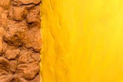 De steenmuur van de achtergrondtextuurbaksteen en gele geschilderde muur Royalty-vrije Stock Foto