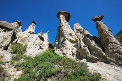 De Steenpaddestoelen van het aardfenomeen in Altai-bergen dichtbij rivier Stock Afbeelding