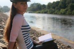 De steenrivier van het meisjes openlucht gelezen boek Stock Fotografie