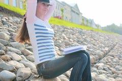 De steenrivier van het meisjes openlucht gelezen boek Stock Afbeeldingen