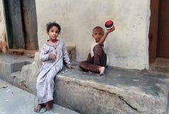 De Steenstad van Zanzibar, Afrikaanse kinderen die in de straatstad spelen royalty-vrije stock fotografie