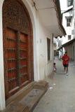 De Steenstad van Zanzibar, traditionele gesneden houten deuren Swahili Lam royalty-vrije stock fotografie