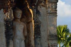 De steenstandbeeld van beeldhouwwerkboedha in tempelboeddhisme Royalty-vrije Stock Foto's