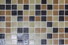 De steenvloer is verfraaid met een verscheidenheid van geometrisch mozaïek, blauwe, rode, witte, zwarte tegel Abstracte Geometris royalty-vrije stock foto