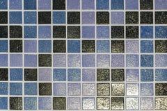De steenvloer is verfraaid met een verscheidenheid van geometrisch mozaïek, blauwe, rode, witte, zwarte tegel Abstracte Geometris stock foto