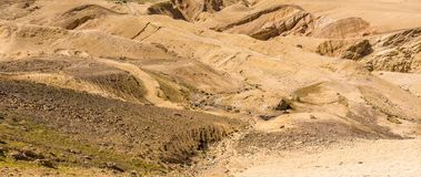 De steenwoestijn in Jordanië, vijandig landschap naast de Koningenweg voor Wadi Mujib, sneed diep in het landschap stock foto's