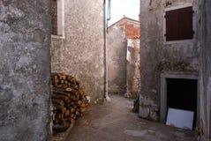 De stegen van Brsec, een kleine stad ten westen van Istria, in Kroatië stock foto