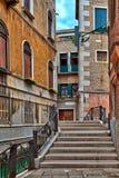 In de stegen van de prachtige oude stad van Venetië in Italië royalty-vrije stock fotografie