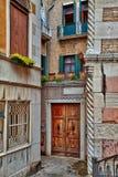 In de stegen van de prachtige oude stad van Venetië in Italië stock fotografie