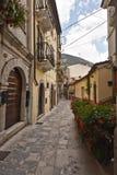 In de stegen van de stad van Pacentro, in Italië stock foto's