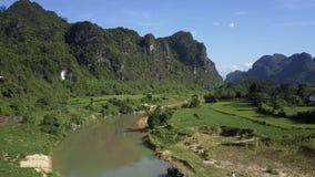 De steile groene heuvels denken in kalm rivierwater na in vallei stock videobeelden