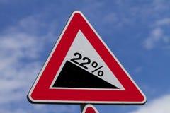 De steile heuvelwaarschuwing voorziet van wegwijzers Stock Afbeeldingen