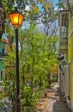 De steile Oude koloniale straat van San Juan dichtbij de baai, Puerto Rico royalty-vrije stock afbeeldingen