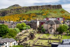 De steile rotsen van Salisbury over Edinburgh stock fotografie