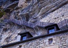 De steile stappen koesteren de klippen boven het dorp van La Stock Afbeelding