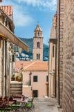 De steile stegen bij de ommuurde oude stad van Dubrovnik royalty-vrije stock afbeelding