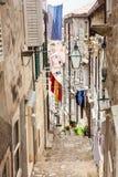De steile stegen bij de ommuurde oude stad van Dubrovnik royalty-vrije stock foto's
