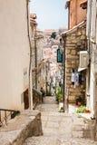 De steile stegen bij de ommuurde oude stad van Dubrovnik royalty-vrije stock foto