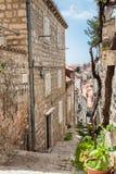 De steile stegen bij de ommuurde oude stad van Dubrovnik stock fotografie