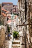 De steile stegen bij de ommuurde oude stad van Dubrovnik stock afbeelding