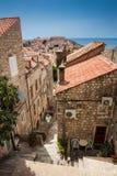 De steile stegen bij de ommuurde oude stad van Dubrovnik stock foto