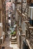 De steile stegen bij de ommuurde oude stad van Dubrovnik royalty-vrije stock fotografie