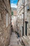 De steile stegen bij de ommuurde oude stad van Dubrovnik stock afbeeldingen