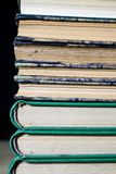 De stekels van oude boeken die op de stapel liggen Boeken op worden gestapeld die Stock Fotografie