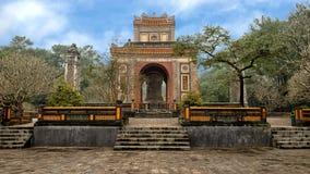 De Stelepaviljongen och obeliskarna i Tu Duc Royal Tomb, ton, Vietnam royaltyfria foton
