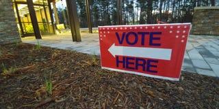 De stem ondertekent hier voor verkiezingsdag royalty-vrije stock foto's