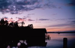 De stemming van de avond bij het meer Royalty-vrije Stock Afbeelding