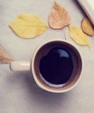 De stemming van de herfst Vele roze en magenta asters Kop koffie en bladeren Stock Afbeeldingen