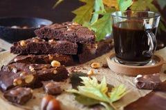 De stemming van de herfst Vele roze en magenta asters Kladdkaka, Zweedse chocoladecake en kop van koffie stock afbeeldingen