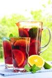 De stempel van het fruit in waterkruik en glazen royalty-vrije stock afbeelding