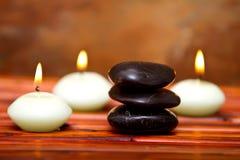 De stenen en de kaarsen van het kuuroord op bamboe Royalty-vrije Stock Foto