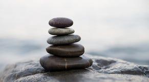 De stenen en het bamboe van Zen De meditatiesymbool van het vredesboeddhisme Ontspanning royalty-vrije stock afbeeldingen