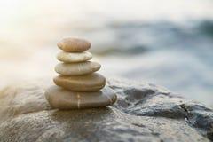 De stenen en het bamboe van Zen De meditatiesymbool van het vredesboeddhisme Ontspanning stock afbeeldingen