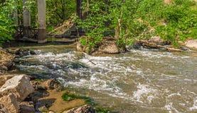 De stenen en de rivier royalty-vrije stock fotografie