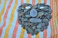 De stenen op het heldere liefje als achtergrond royalty-vrije stock foto's