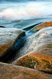 De stenen van Curvy en golvende overzees Royalty-vrije Stock Fotografie