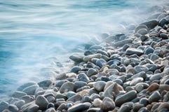 De stenen van de kiezelsteen door het overzees Stock Foto