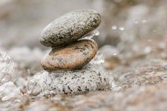 De stenen van Zen in het water Stock Afbeeldingen