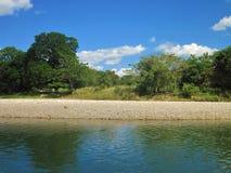 De steniga bankerna av den Paguey floden i Barinas, Venezuela på en solig dag arkivfoton