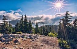 De Ster van de zon boven Wolk op de Bovenkant van de Berg Royalty-vrije Stock Foto's