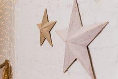De ster vormde van Kerstmisbollen van de Kerstmisdecoratie de kaneelsterren op stapel van sneeuw tegen houten muur Decoratieve st stock foto