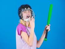 De stereotype van de onderbrekingssport De vrouw geniet van het spel van het spelhonkbal Helm van het de slijtagehonkbal van het  stock foto's