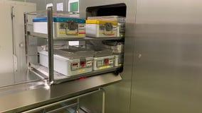 de sterilisator opent en geeft de instrumenten vrij stock video