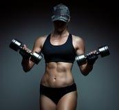 De sterke bodybuilder van de geschiktheidsvrouw Stock Foto's