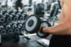 De sterke gewichten van de mensenholding in gymnastiek Stock Fotografie